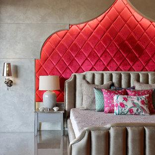 アフマダーバードの地中海スタイルのおしゃれな寝室 (赤い壁、グレーの床) のレイアウト