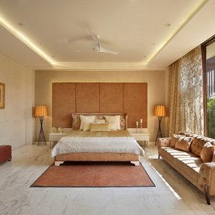 Свежая идея для дизайна: хозяйская спальня в средиземноморском стиле с бежевыми стенами, мраморным полом и бежевым полом - отличное фото интерьера