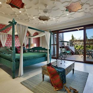 Idées déco pour une grande chambre parentale méditerranéenne avec un mur multicolore et un sol beige.