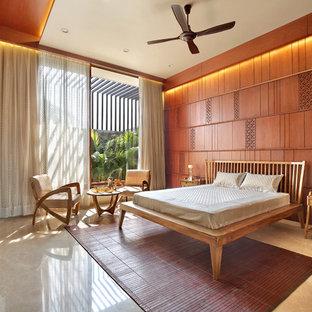 Mittelgroßes Mediterranes Hauptschlafzimmer mit beiger Wandfarbe, Marmorboden und beigem Boden in Ahmedabad
