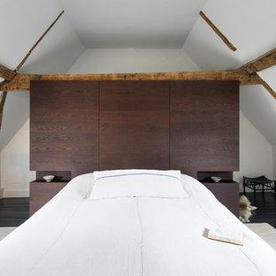 サセックスの中サイズのコンテンポラリースタイルのおしゃれな主寝室 (白い壁、塗装フローリング、黒い床、暖炉なし)