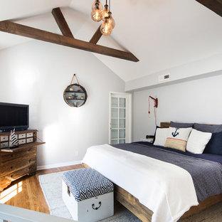 Modelo de dormitorio tipo loft, marinero, pequeño, sin chimenea, con paredes grises y suelo de madera en tonos medios