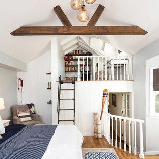 Idéer för att renovera ett litet maritimt sovloft, med grå väggar och mellanmörkt trägolv