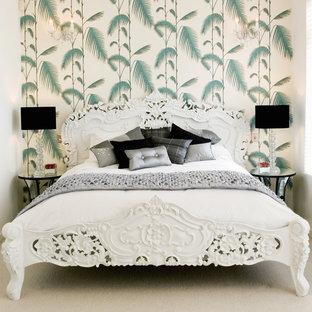 Ispirazione per una camera da letto tradizionale con pareti multicolore e moquette