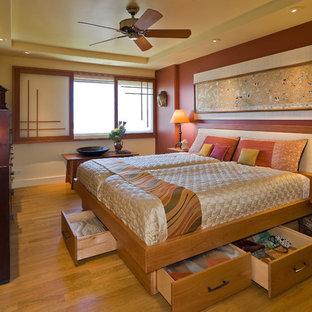 ハワイのアジアンスタイルのおしゃれな寝室 (オレンジの壁、無垢フローリング)