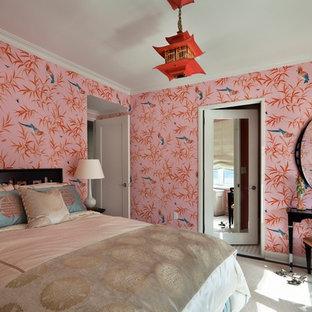Пример оригинального дизайна: большая хозяйская спальня в восточном стиле с разноцветными стенами и ковровым покрытием без камина