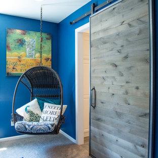 Inredning av ett modernt mellanstort sovrum, med blå väggar och heltäckningsmatta