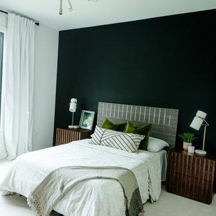 Ejemplo de habitación de invitados contemporánea con paredes negras, moqueta y suelo blanco