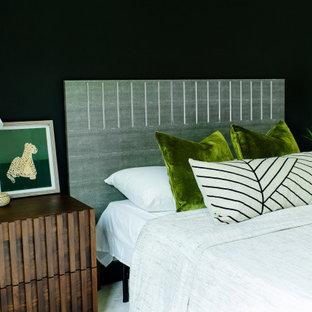 Ejemplo de habitación de invitados actual con paredes negras, moqueta y suelo blanco
