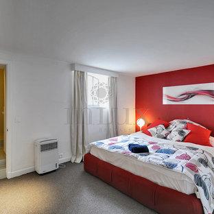 Immagine di una grande camera da letto stile loft minimal con pareti rosse e moquette