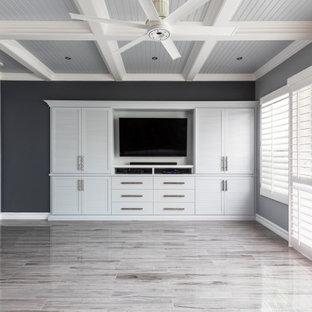 オレンジカウンティの中くらいのトラディショナルスタイルのおしゃれな主寝室 (グレーの壁、磁器タイルの床、ベージュの床、格子天井)