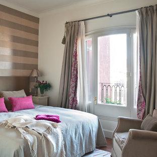Esempio di una camera da letto classica di medie dimensioni con pareti bianche, pavimento in legno massello medio e nessun camino