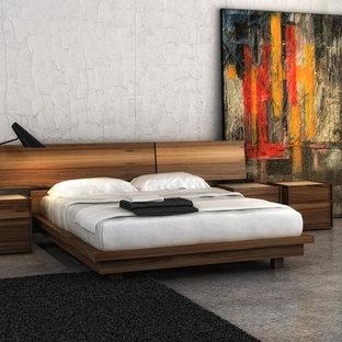Réalisation d'une très grand chambre parentale design avec un mur blanc et un sol en marbre.