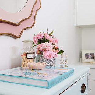 Exempel på ett mellanstort klassiskt huvudsovrum, med vita väggar, heltäckningsmatta, en standard öppen spis, en spiselkrans i gips och grått golv
