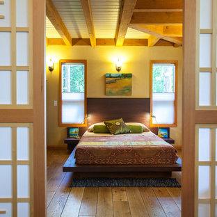 Bild på ett funkis gästrum, med mellanmörkt trägolv