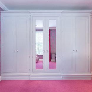Modelo de habitación de invitados bohemia, de tamaño medio, sin chimenea, con paredes rosas, moqueta y suelo rosa