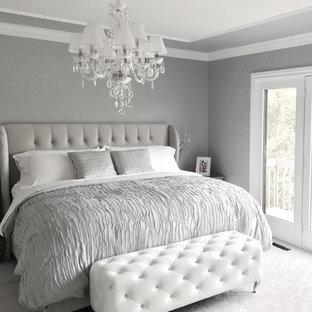 Aménagement d'une chambre parentale romantique de taille moyenne avec un mur gris, un sol en bois foncé et un sol marron.
