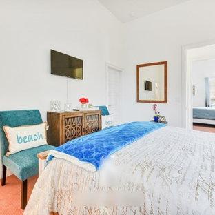 Неиссякаемый источник вдохновения для домашнего уюта: гостевая спальня среднего размера в стиле шебби-шик с белыми стенами, ковровым покрытием и розовым полом