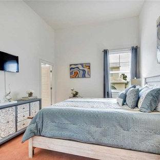 На фото: гостевая спальня среднего размера в стиле шебби-шик с белыми стенами, ковровым покрытием и розовым полом с