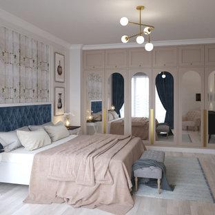 Immagine di una camera matrimoniale moderna di medie dimensioni con pareti rosa e parquet chiaro