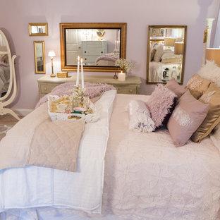 Exemple d'une grand chambre romantique avec un mur rose, cheminée suspendue, un manteau de cheminée en métal et un sol rose.