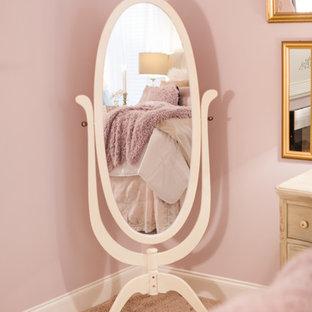 Idee per una grande camera matrimoniale stile shabby con pareti rosa, moquette, camino sospeso, cornice del camino in metallo e pavimento rosa