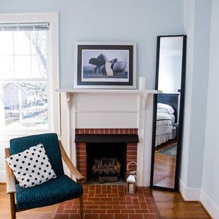 Пример оригинального дизайна: гостевая спальня среднего размера в стиле современная классика с синими стенами, паркетным полом среднего тона, стандартным камином, фасадом камина из кирпича и белым полом