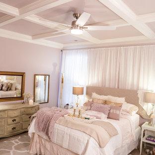 Exemple d'une grand chambre romantique avec un mur rose, cheminée suspendue, un manteau de cheminée en métal et un sol blanc.
