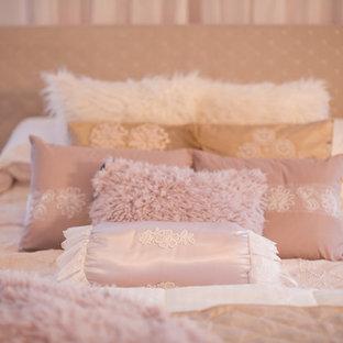 他の地域の大きいシャビーシック調のおしゃれな主寝室 (ピンクの壁、カーペット敷き、吊り下げ式暖炉、金属の暖炉まわり、ピンクの床) のレイアウト