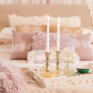 Inredning av ett shabby chic-inspirerat stort huvudsovrum, med rosa väggar, heltäckningsmatta, en hängande öppen spis, en spiselkrans i metall och rosa golv