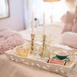 Imagen de dormitorio principal, romántico, grande, con paredes rosas, moqueta, chimeneas suspendidas, marco de chimenea de metal y suelo rosa