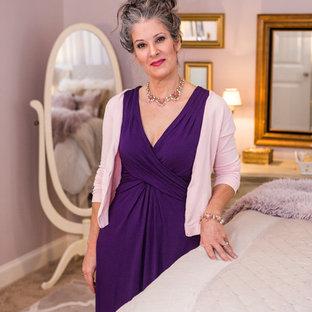 Идея дизайна: большая хозяйская спальня в стиле шебби-шик с розовыми стенами, ковровым покрытием, подвесным камином, фасадом камина из металла и розовым полом
