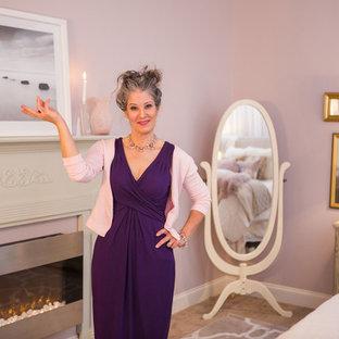 Idéer för att renovera ett stort shabby chic-inspirerat huvudsovrum, med rosa väggar, heltäckningsmatta, en hängande öppen spis, en spiselkrans i metall och rosa golv