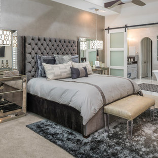 Ejemplo de dormitorio principal, tradicional renovado, con paredes blancas, moqueta y suelo beige