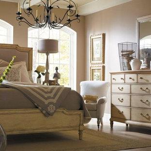 Immagine di una camera matrimoniale stile shabby di medie dimensioni con pareti marroni, pavimento in legno massello medio, nessun camino e pavimento marrone