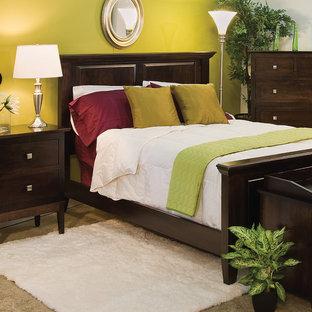 Стильный дизайн: хозяйская спальня среднего размера в стиле современная классика с зелеными стенами и полом из керамической плитки - последний тренд