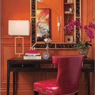 Aménagement d'une chambre parentale contemporaine de taille moyenne avec un mur orange, un sol en bois foncé, aucune cheminée et un sol marron.