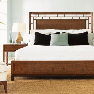 Ejemplo de dormitorio principal, tropical, de tamaño medio, sin chimenea, con paredes azules, suelo de baldosas de cerámica y suelo beige