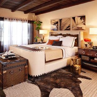 Diseño de dormitorio principal, rústico, grande, con paredes beige, suelo de baldosas de terracota, chimenea de esquina, marco de chimenea de yeso y suelo marrón