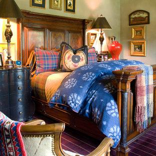 Modelo de habitación de invitados rústica, de tamaño medio, con paredes beige y moqueta