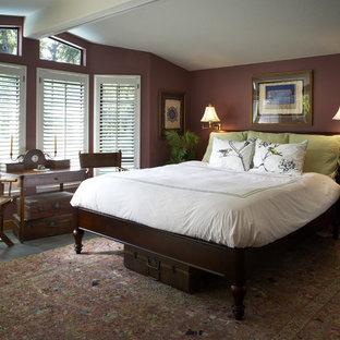 サンフランシスコのトラディショナルスタイルのおしゃれな主寝室 (暖炉なし、スレートの床、茶色い壁) のインテリア