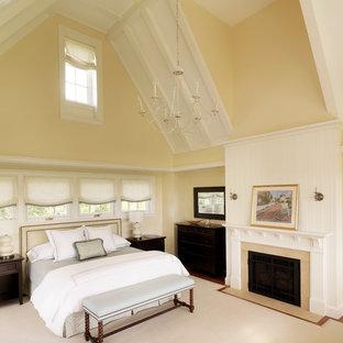 Réalisation d'une chambre tradition avec un mur beige et une cheminée standard.