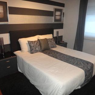 Ejemplo de dormitorio principal, actual, pequeño, con paredes grises y suelo laminado