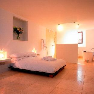 Foto de dormitorio principal, de tamaño medio, con paredes blancas y suelo de mármol