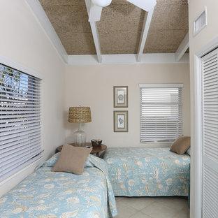 Immagine di una camera degli ospiti costiera con pareti beige, pavimento in linoleum e nessun camino