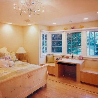 Immagine di una camera degli ospiti chic di medie dimensioni con pareti gialle, parquet chiaro, nessun camino e pavimento giallo