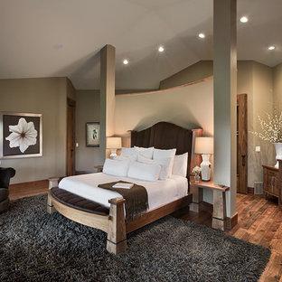 Idéer för ett mellanstort amerikanskt huvudsovrum, med beige väggar, mörkt trägolv och brunt golv