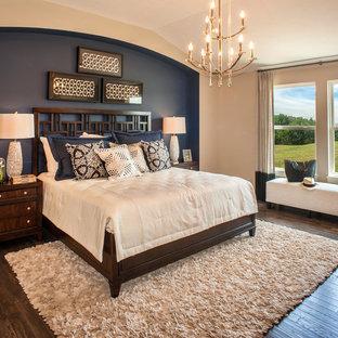 Foto de dormitorio principal, tradicional renovado, con paredes multicolor, suelo de madera oscura y suelo marrón