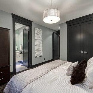 Imagen de habitación de invitados de estilo de casa de campo, de tamaño medio, con paredes verdes y suelo de corcho