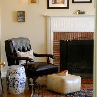 Diseño de dormitorio rústico con marco de chimenea de ladrillo y chimenea tradicional